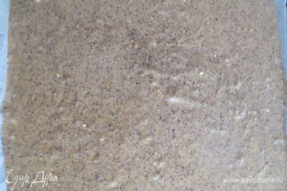 Противень застелить бумагой для выпечки, смазать ее маслом и выложить тесто, равномерно распределив его по поверхности.