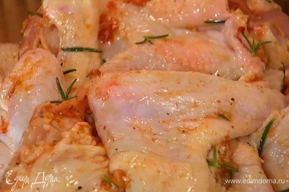 Выложить куриное мясо в глубокую посуду, смазать со всех сторон маринадом и оставить на 30 минут.