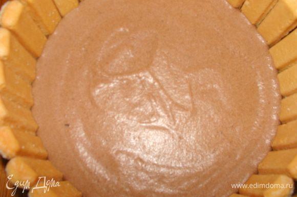 На корж выложить шоколадно банановый мусс. Поставить на 15 минут в морозилку.