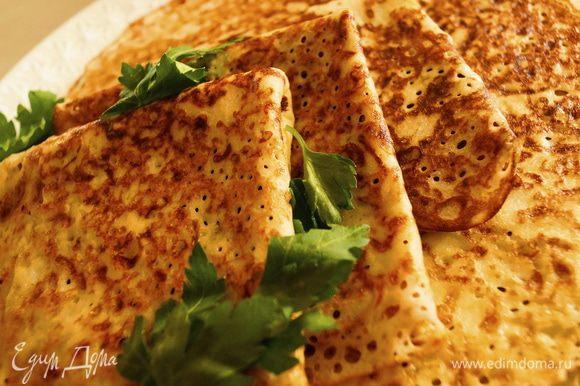 Подавать готовые блинчики со сметаной и зеленью. Приятного аппетита!!!