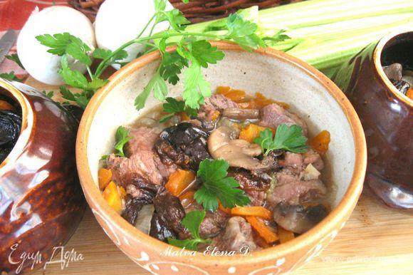 Вкусное блюдо готово. Подавать в горшочке или в тарелке. Сверху посыпать мелко рубленной зеленью – укропом или петрушкой. Приятного аппетита!