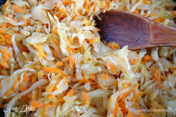 Капусту хорошо отжать, добавить в сковороду к овощам, тушить до готовности.