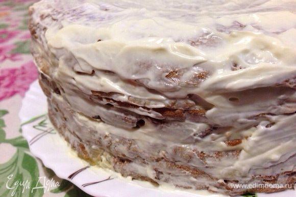 Верхние два блина и бока торта,хорошо промазать майонезом со сметаной.Оставить на час.