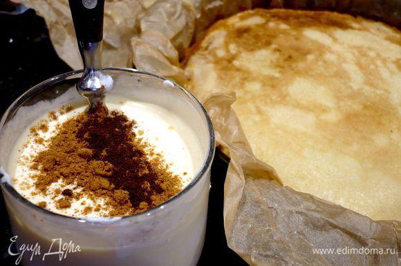 Готовим заливку, смешиваем сметану с яйцом, ванилью и корицей. Заливаем наш пирог заливкой. При этом проходимся шпателем по краям пирога, чтобы заливка равномерно распределилась и по бокам нашего пирога. Выпекаем пирог 30 минут.