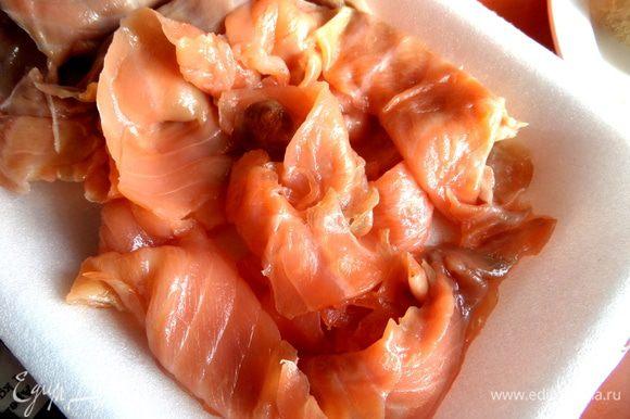 Из готовой упаковки красной рыбки выбираем тонкие длинные кусочки.