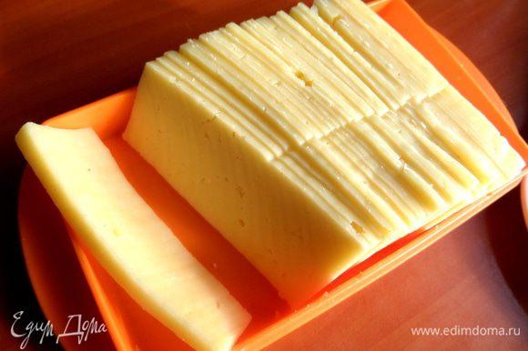 Сыр, когда приношу из магазина, нарезаю широким ножом на кусочки и держу в масленке.