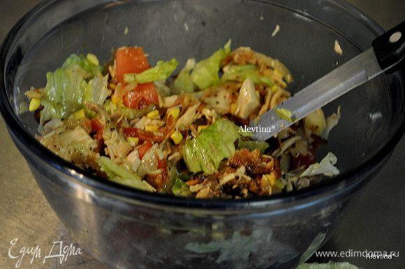 В емкости смешать салатные листья,помидор, готовые куриные грудки, порезанные, мелкие крутоны или гренки, бекон. Полить салат луковой смесью, перемешать.