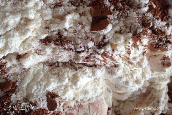 В отдельной миске просеять муку, какао и разрыхлитель.