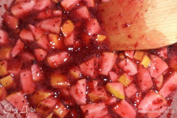 Перемешать измельчённую клюкву, яблоки и сахар. Довести полученную массу до кипения. Когда масса немного остынет, добавить желатин, тщательно перемешать. Полностью остудить. Поставить в холодильник.