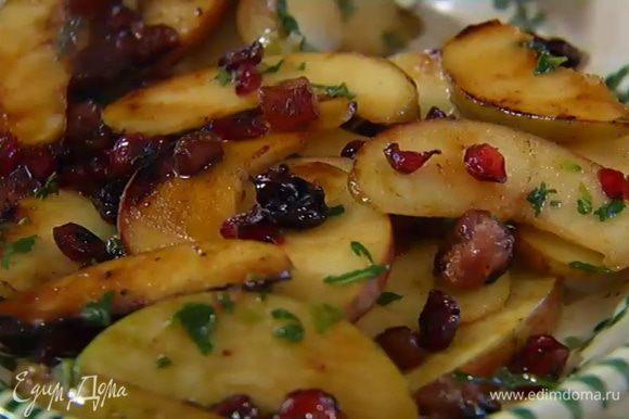 Мяту мелко порубить, добавить в сковороду с яблоками, еще раз все перемешать и снять с огня.