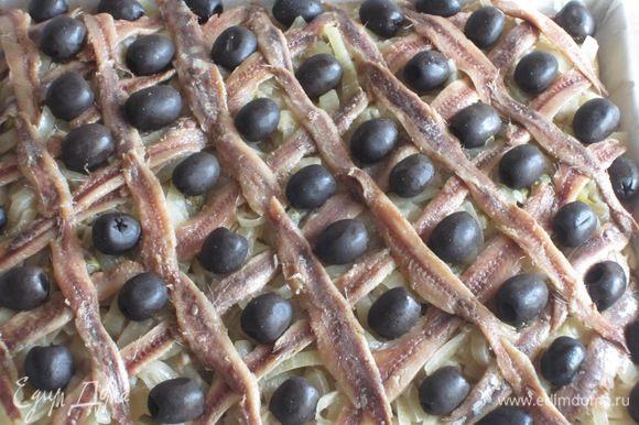 В центр каждого ромбика положить оливку.