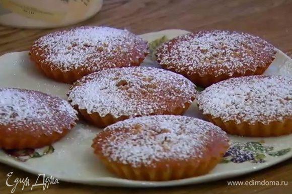 Готовые тарталетки остудить, затем вынуть из формочек и посыпать сахарной пудрой.