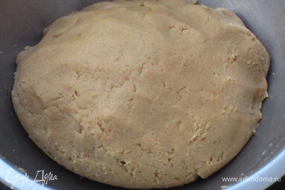 Взбить яйцo с сахаром и ввести в тесто. Влить кофе и перемешать деревянной ложкой до однородного состояния.