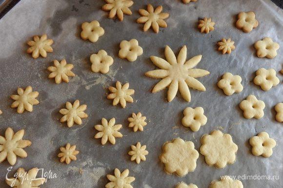 Вырезать разными формочками цветы. Печь при 200 градусах минут по 5-7.