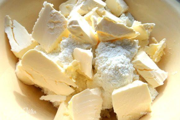 Творог протереть или взять однородный,добавить кусочки масла или маргарина.