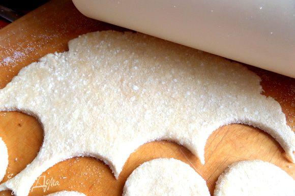Макаем стакан в сахар или в муку и вырезаем кружочки.
