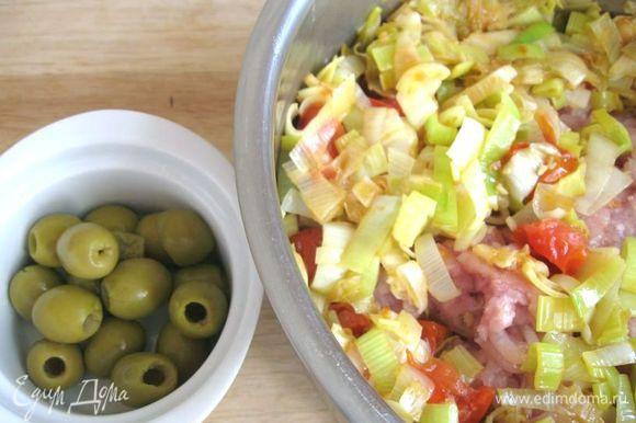 Добавить лук и помидоры к фаршу.