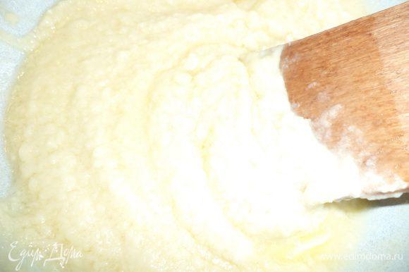 Белый шоколад тоже растопить на водяной бане, добавить оставшуюся сливочную массу и 25 г масла, перемешать.
