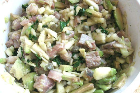 Селедку порезать на кусочки, добавить в салат. Добавить перец, оливковое масло. В случае необходимости – соль. Отдельно приготовить заправку из майонеза и горчицы (добавить факультативно).