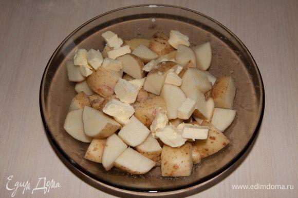 Молодой картофель вымыть, порезать кубиками. Добавить к нему порезанное сливочное масло (40г).