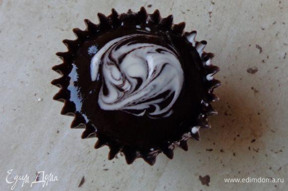 На ганаш налить немного белого шоколада и с помощью вилочки создать иллюзию сливок в кофе.
