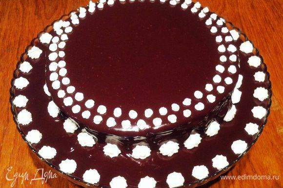 Украшение торта: Для домашнего чаепития или девичника, достаточно покрыть верх торта шоколадной глазурью, а бока торта присыпать крошкой от коржей ( все обрезки, я собрала и испекла отдельный, не особо ровненький корж и смолола его в блендере в крошку. Мне крошка не пригодилась, т.к. мой торт для торжественного случая). Для шоколадной глазури доводим до кипения сливки и вливаем в шоколад, добавляем масло и все тщательно перемешиваем. Даем немного остыть и заливаем торт. Ставим торт в холодильник, чтобы глазурь застыла. В это время, я взбила немного сливок с сахарной пудрой. Взбитыми сливками украсила торт по кругу.