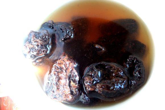 Вначале замочить чернослив в горячей воде, перед этим промыть.