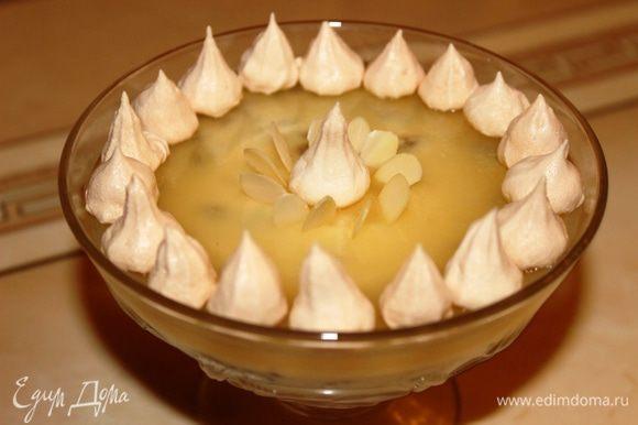 Когда десерт застынет, можно его украсить и подавать к столу. Надо сказать, что смотрится он очень эффектно и всем нравится.