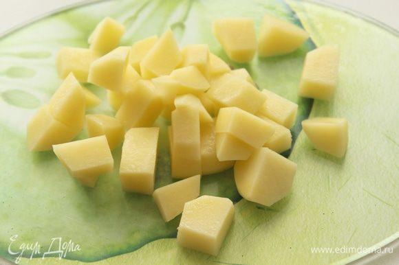 Картофель порезать кубиками, добавить в бульон.
