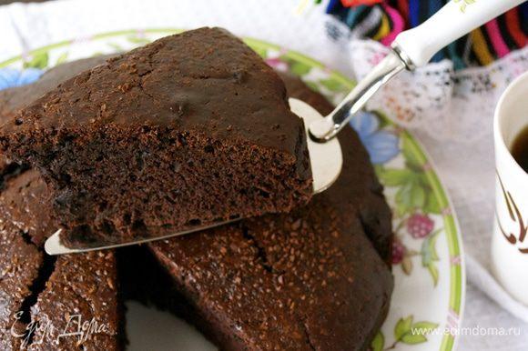 Готовый пирог остудить на решетке и можно подавать.