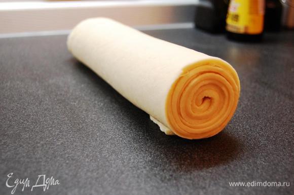 Скатываем тесто в рулет, оборачиваем пергаментной бумагой и отправляем в морозильную камеру на 30 мин.