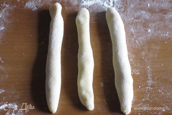 Из каждого куска теста раскатываем три жгутика (каждый жгутик 15 см)....