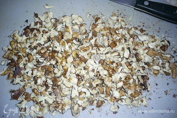 Грецкие орехи порубить не слишком мелко.