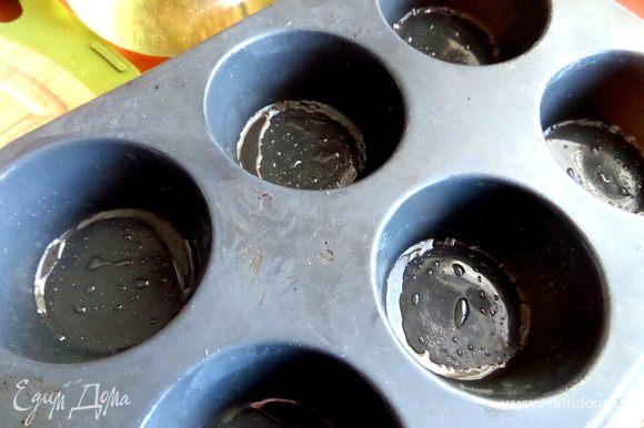 Для будущих корзиночек взяла силиконовую форму для кексов, смазала обильно маслом.