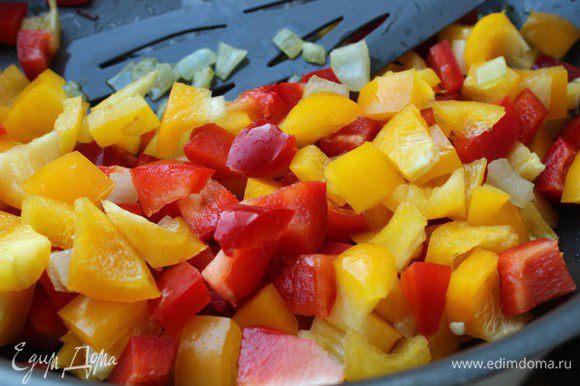 Добавить порезанные средним кубиком болгарские перцы и жарить, пока перцы не станут мягкими.