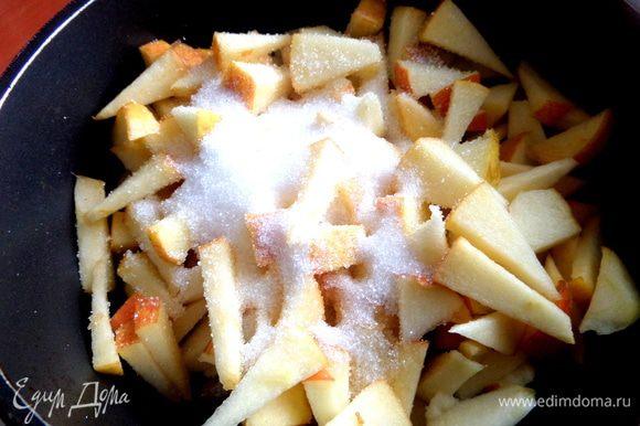 Присыпать яблочки сахаром и поставить на маленький огонь.