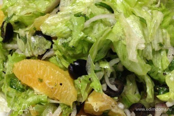 Поливаем салат заправкой, все перемешиваем и даем ему настояться пару часов при комнатной температуре.