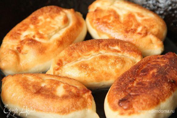 В сковородку выливаем масло, накаляем и выкладываем пирожки порциями. Обжариваем до румяной корочки с одной стороны, затем с другой стороны.