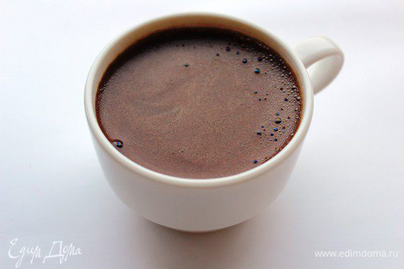 Заварить крепкий кофе, процедить и немного остудить.