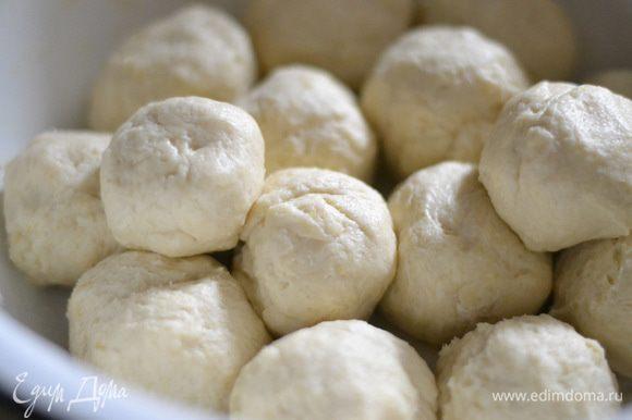 Скатать тесто в шарики, получается около 12–15 небольших колобков.