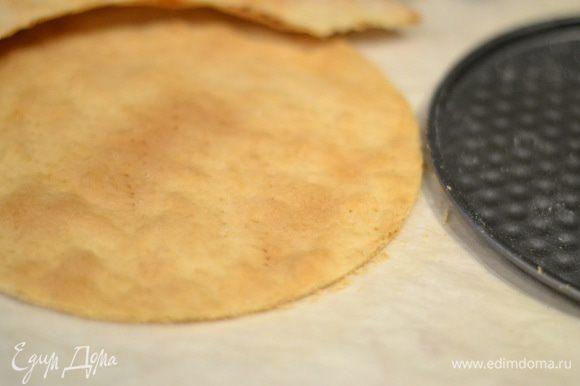 Выпекаем коржи в разогретой духовке при температуре 200°C около 7 минут до золотистого цвета. Сразу же горячими вырезаем круг в нужный нам размер. Размер формы — 21 см.