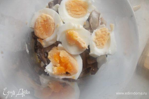Затем, кольцами порезанное яйцо, которое предварительно сварено. Полить соусом.