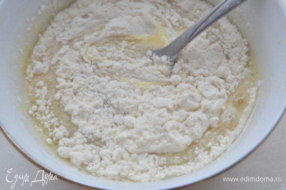 Яйца взбить с крахмалом и сахаром вилкой.