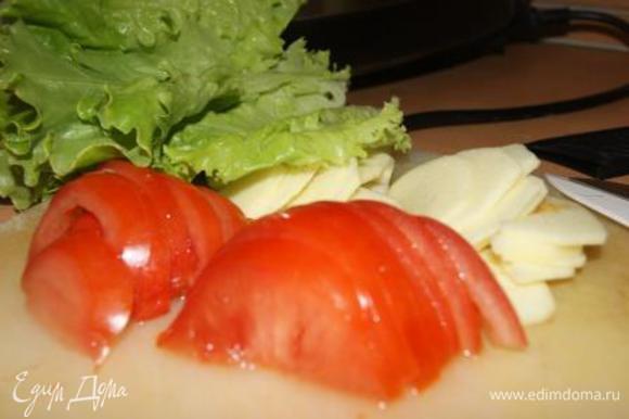 Помидоры и яблоки нарезать дольками, лист салата промыть.
