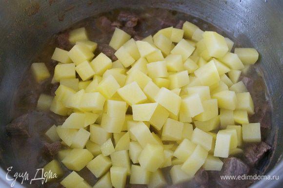 Картофель очистить и порезать небольшими кубиками (желательно, чтобы все используемые в соусе овощи были порезаны одинаково))))))
