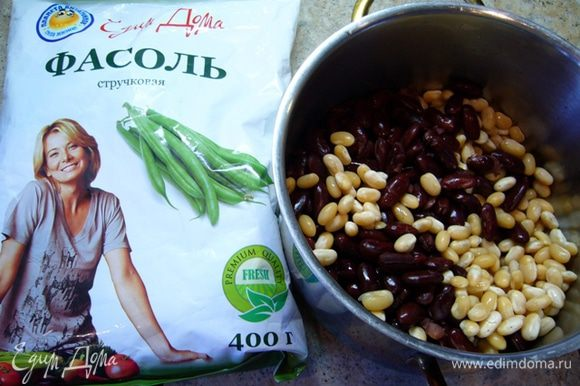 Белую и красную фасоль замочить на 8 час., затем отварить. Вскипятить воду с добавлением соли, гвоздики и лаврового листа. Опустить в нее зеленую фасоль, отварить в течение 3 мин. Воду слить.