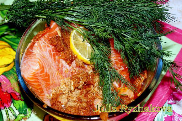 Обмазываем рыбу маринадом со всех сторон, оставляем мариноваться на 15-20 минут.