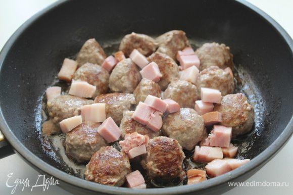 Сформировать небольшие фрикадельки,обжарить ,добавить нарезанную кубиками грудинку.