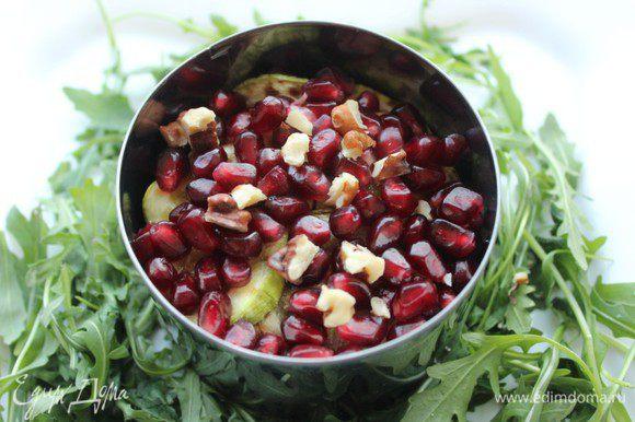 Сверху салат посыпать зернами граната и рубленными орехами.
