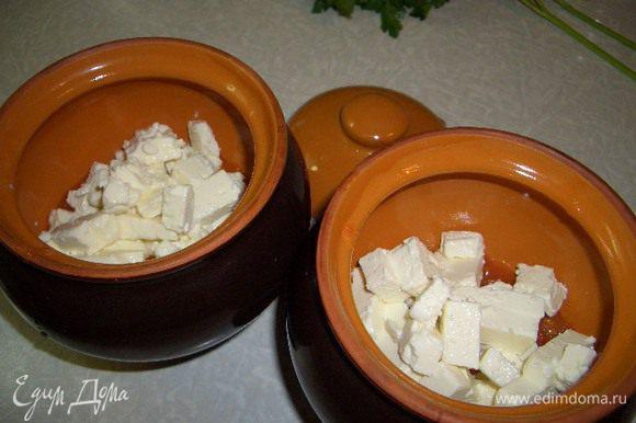 В глиняный горшочек положить половину обжаренных овощей, сверху слой брынзы, порезанной кубиками и оставшиеся овощи. Булочку размочить в молоке и покрошить в горшочек. Все перемешать и поставить в разогретую духовку на средний огонь минут на 15. Готовое блюдо посыпать зеленью петрушки.